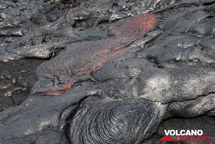 The formation of ropy pahoehoe lava. (Photo: Tom Pfeiffer)
