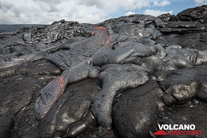 An active small lava tongue with ropy texture advances a few cm per second. (Photo: Tom Pfeiffer)