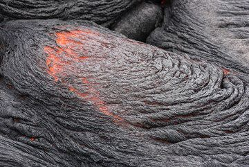 The formation of the ropy texture is related to the fast cooling of a silvery, still plastic skin on the lava, which is dragged and folded into ropes until it cools enough to remain fixed. (Photo: Tom Pfeiffer)