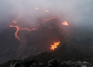 Partial view of the lava lake with rifting patterns of its crust. (Photo: Tom Pfeiffer)
