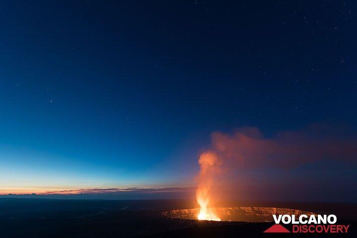 The lava lake in Halema'uma'u at dawn (Photo: Tom Pfeiffer)