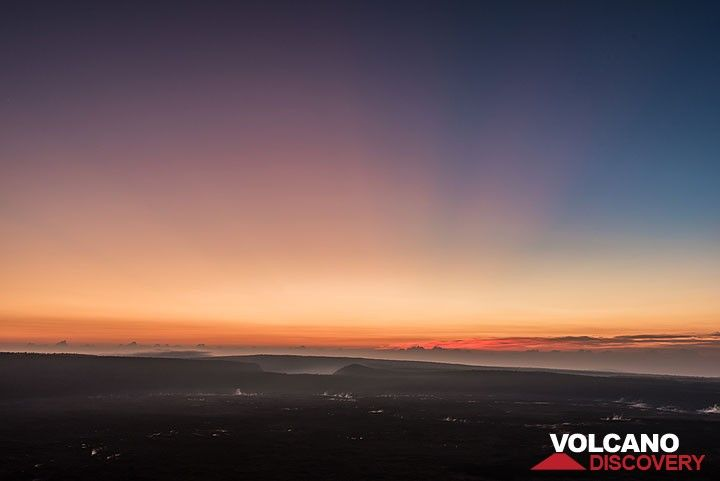 Shadows cast by the sun just under the horizon; Kilauea Iki crater in the background (Photo: Tom Pfeiffer)