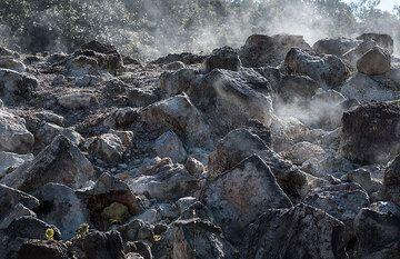 Steaming rocks (Photo: Tom Pfeiffer)
