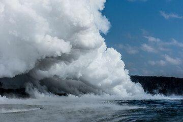 Steam plume from the east Kamokuna ocean entry (Photo: Tom Pfeiffer)