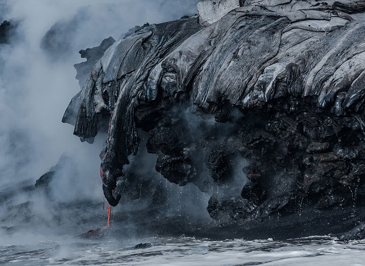 """Zoom onto the """"elephant trunks"""" created by the lava streams pouring down. (Photo: Tom Pfeiffer)"""