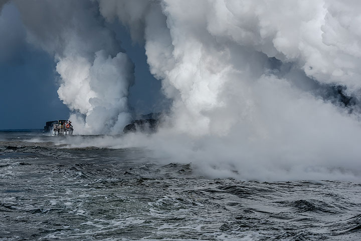 Another boat is visiting the lava entry as well. (Photo: Tom Pfeiffer)