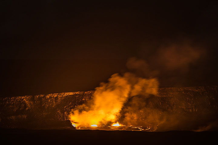 The lava lake stands high enough that about half of it is visible from the lookout. (Photo: Tom Pfeiffer)