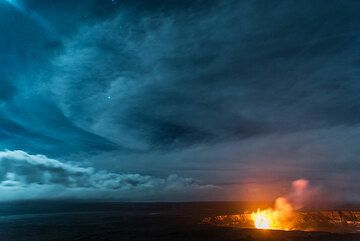 Impressions from a full-moon night at the Jagger museum's lookout (Kilauea, Hawai'i) in November 2016. (Photo: Tom Pfeiffer)
