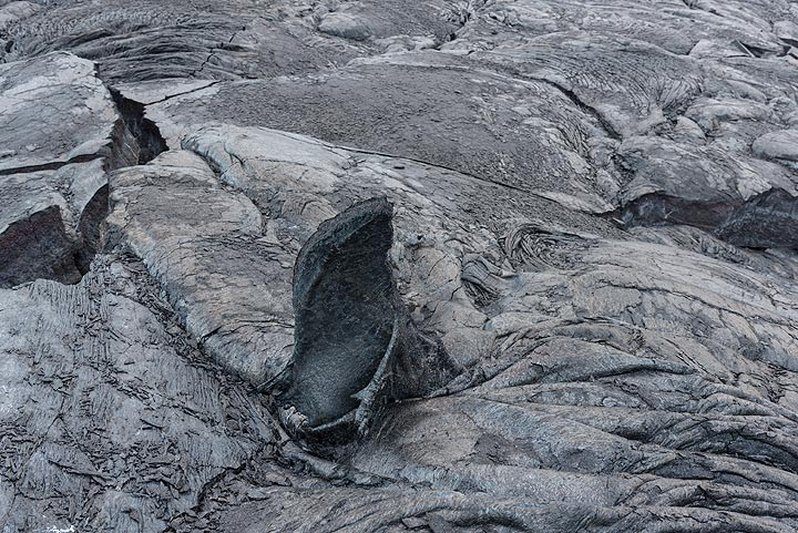 Older lava surface with a tilted piece of old crust. (Photo: Tom Pfeiffer)