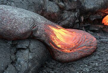 The speed of the advancing lava toe is about a few cm per second or less. (Photo: Tom Pfeiffer)