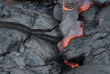 An active lava toe creeping into a crack. (Photo: Tom Pfeiffer)