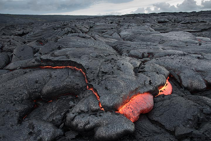 Here, active inflation can be observed without time-lapse: a piece of the surface is lifted up while small amounts of fresh lava form new breakouts at the base of the plate. (Photo: Tom Pfeiffer)