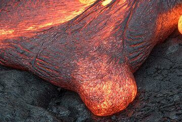 A small bulge at the margin of a flow that is still undecided whether or not to turn into a proper lava toe. (Photo: Tom Pfeiffer)