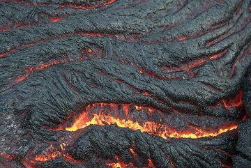 More spiny-textured pahoehoe folds (Photo: Tom Pfeiffer)