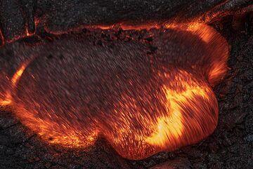 A broad lava toe advancing at dark (Photo: Tom Pfeiffer)