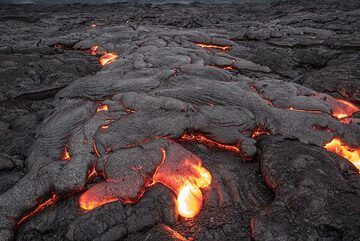 The shape of the lava flow changes constantly as it continues to advance with ever new lava toes. (Photo: Tom Pfeiffer)