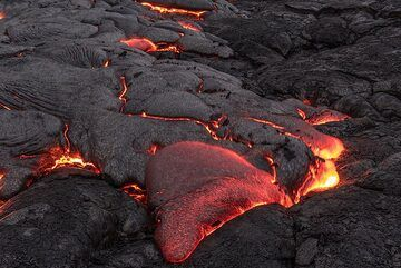 The glow gradually disappears as the surface cools, changing the color of the active lava from bright yellow to orange, red and dark red. (Photo: Tom Pfeiffer)