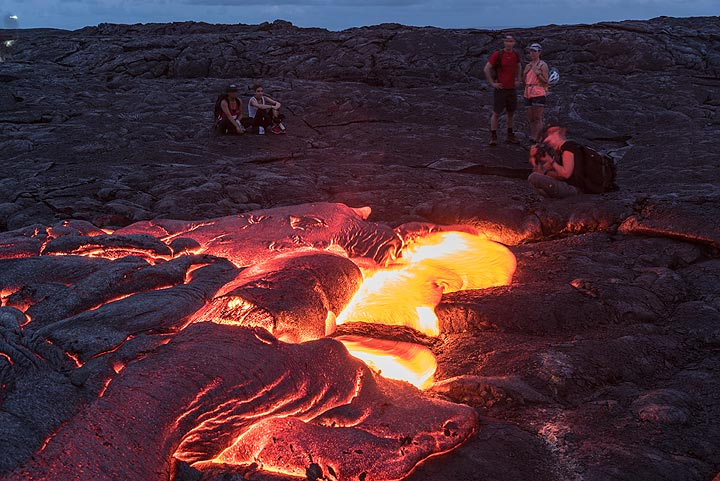 Photographing lava in the evening is difficult due to the extreme contrast of light. (Photo: Tom Pfeiffer)