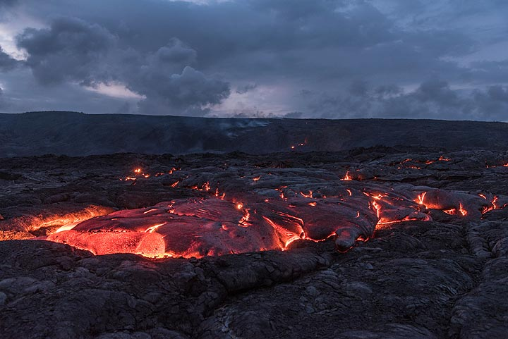 As the blue hour sets in, the colors of the lava and the sky change. (Photo: Tom Pfeiffer)
