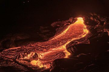A channeled small lava breakout flow making pahoehoe ropes. (Photo: Tom Pfeiffer)
