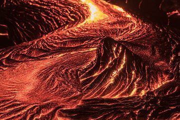 Curved lava flow channel. (Photo: Tom Pfeiffer)