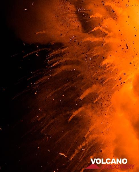 View of the trailing lava bombs falling back into the sea at night. (Photo: Tom Pfeiffer)