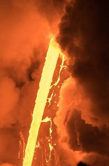 Ribbons of lava detach from the fire hose. (Photo: Tom Pfeiffer)