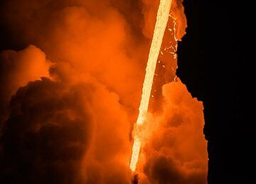 The fire hose seen on 12 March, approx. 1 m wide and 15 meters tall. (Photo: Tom Pfeiffer)