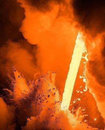 The bright lava illuminates everything red and orange. (Photo: Tom Pfeiffer)