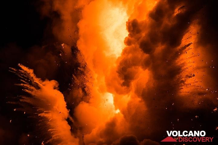 Beginning of an explosion at night - jets of still glowing lava fragments are thrown into the air. (Photo: Tom Pfeiffer)