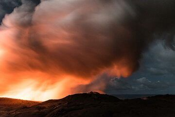 The thick steam plume appears dark at night. (Photo: Tom Pfeiffer)