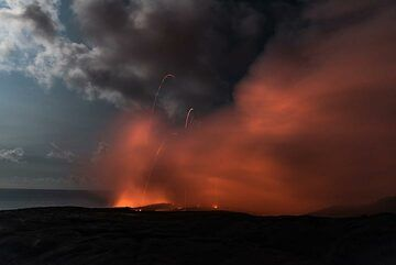 Small lava bombs fly over the cliff. (Photo: Tom Pfeiffer)