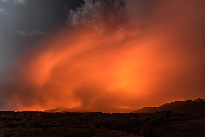 Red-orange steam illuminated by the ocean entry (Photo: Tom Pfeiffer)