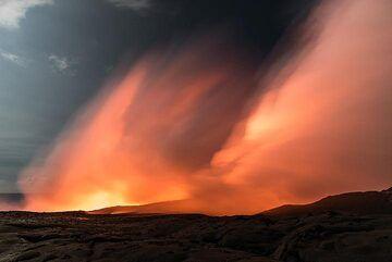 Orange steam plume (Photo: Tom Pfeiffer)
