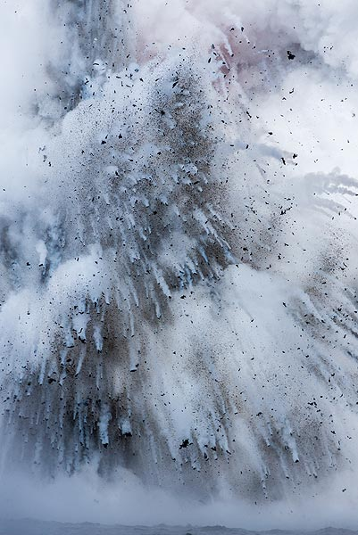 A moderately strong explosion occupies the full height of the cliff. (Photo: Tom Pfeiffer)