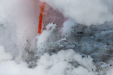 Fire hose and explosion (Photo: Tom Pfeiffer)