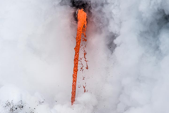 The largest part of the fire hose. While in shade, the lava appears orange, when in sunlight, the color is more red. (Photo: Tom Pfeiffer)