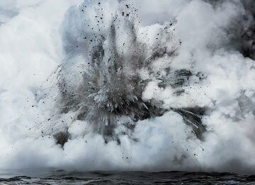 A medium-sized explosion seen from about 50 m distance on a small boat. (Photo: Tom Pfeiffer)
