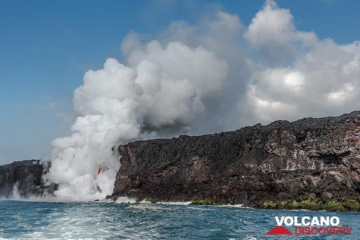 The cliff around the sea entry was formed on 31 Dec 2016 when most off the previous lava bench as well as parts of the old shoreline collapsed, exposing the lava tube. (Photo: Tom Pfeiffer)