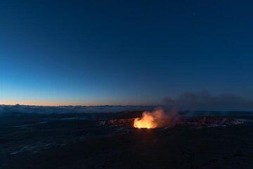 Early dawn over the Kilauea caldera on 14 March 2017 (Photo: Tom Pfeiffer)