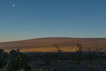 Near full moon over Mauna Loa volcano hit by the first sunlight. (Photo: Tom Pfeiffer)