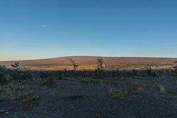 Standing at the summit of Kilauea volcano, the Mauna Loa shield volcano is seen to the north with its shouthwestern (l) and eastern (r) rift zones forming the gentle slopes of the volcano. Its size, reaching more than 4200 m altitude is difficult to understand. (Photo: Tom Pfeiffer)