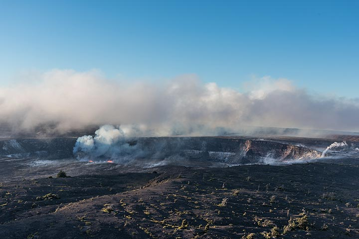 As the sun rises, trade wind mist that had come in clears again over the Halema'uma'u crater. (Photo: Tom Pfeiffer)