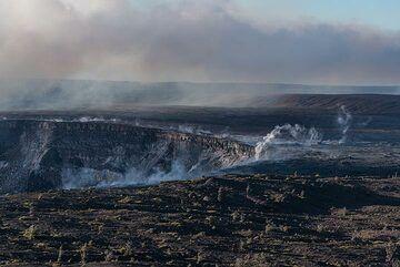 View towards the southwestern part of Halema'uma'u where a plume from strong fumaroles rises. (Photo: Tom Pfeiffer)