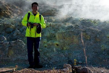 I-hui's rain jacket is usually the brightest object around. (Photo: Tom Pfeiffer)