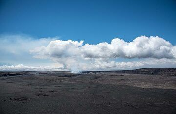 View over the central part of the vast Kilauea caldera whose floor is covered with various lava flows from eruptions in the 20th century from near the Volcano House. (Photo: Tom Pfeiffer)