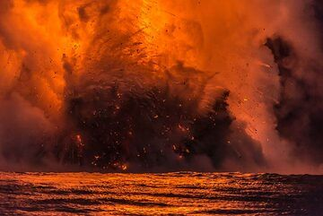 Explosion with red steam trails behind lava fragments (Photo: Tom Pfeiffer)