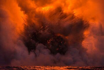 At night, the lava glow illuminates the steam red, with strong reflection on the water. (Photo: Tom Pfeiffer)