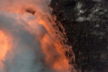 The cliff around the lava hose is strongly undercut, probably as increased erosion takes place due to the violent explosions occurring here all the time. (Photo: Tom Pfeiffer)