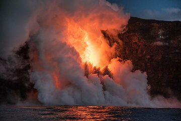 The contrast between the lava hose and the brightening sky is still far too large for a digital camera. The lava appears white. (Photo: Tom Pfeiffer)